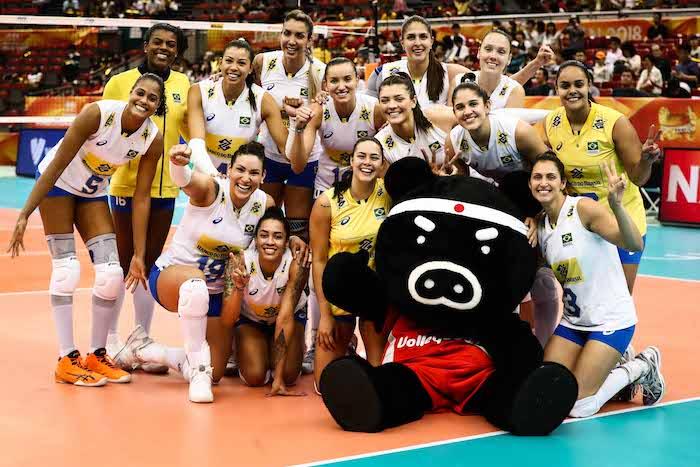 Seleção de vôlei do Brasil comemora vitória