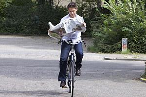 Lendo o jornal.
