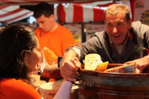 Comprando queijo na feirana Holanda - Vomportamento na Holanda - ©Bailandesa