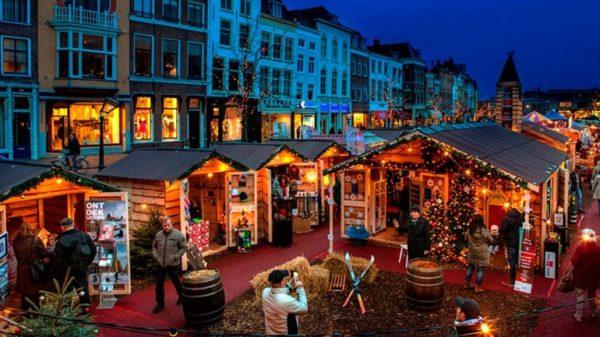 Kerstmarkt-op-het-water-de-Drijvende-Kerstmarkt-in-Leiden-foto-Centrum-van-Leiden Mercados de Natal na Holana