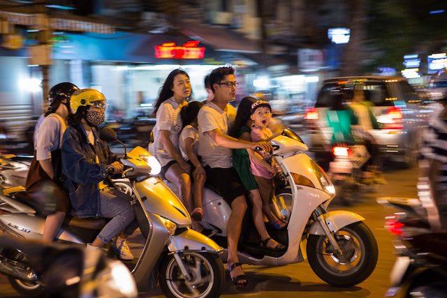 Faméilia em um só moto em Hanói, Vietnã (c) Bailandesa