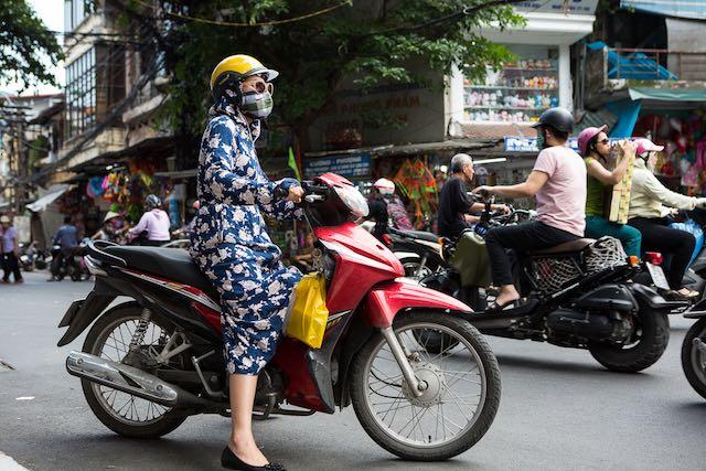 Mulher em moto com capa e máscara - Hanói - Vietnã (c) Baialndesa.nl