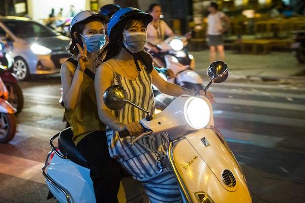 Mulheres numa moto com máscaras em Hanói - Vietnã